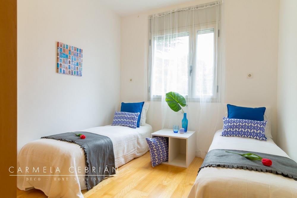 Dormitorio amueblado con dos camas amueblado con cartón