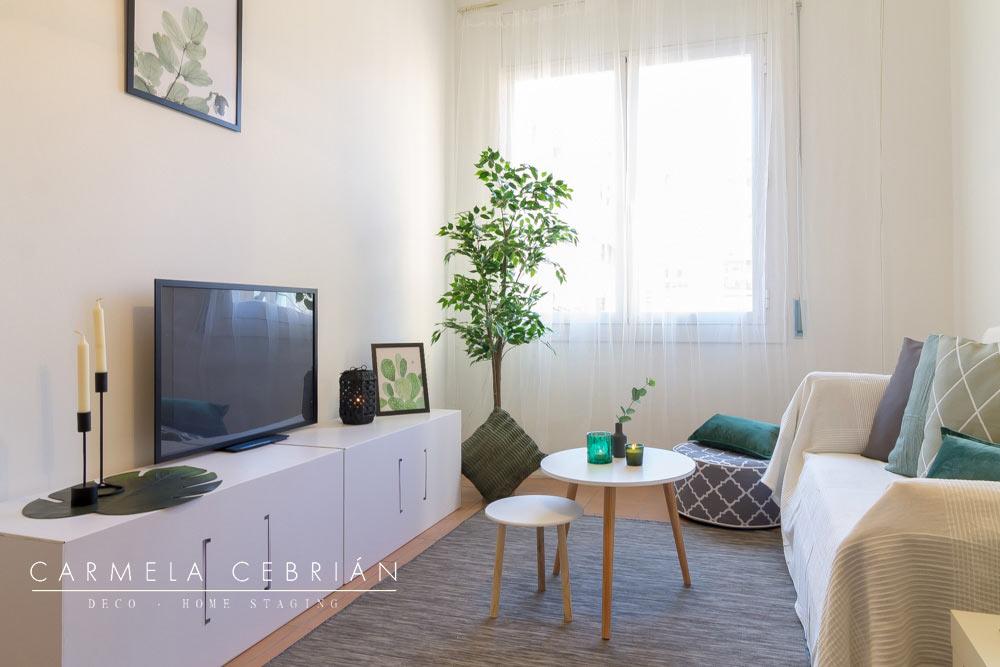 salón con televisión y sofá amueblado con aire y cartón