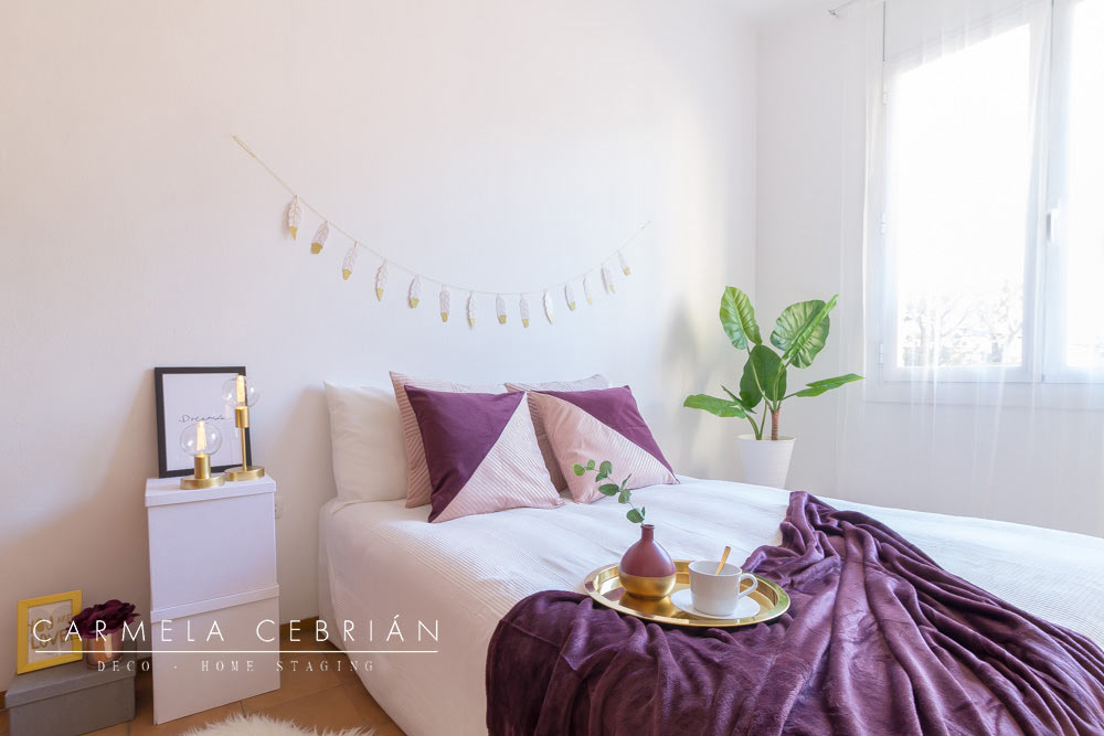 Habitación con cama doble amueblada con aire y cartón